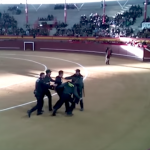 Un guardia civil amenaza a un antitaurino